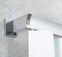 Profil de tringle en aluminium mat avec un embout corner en aluminium brillant, servant de support. Tringle rail wave